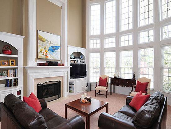 Cuarto de estar con ventanas pintadas en blanco