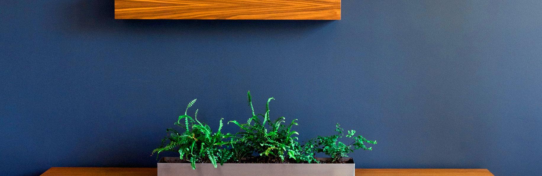 Genial combinación de azul oscuro y madera